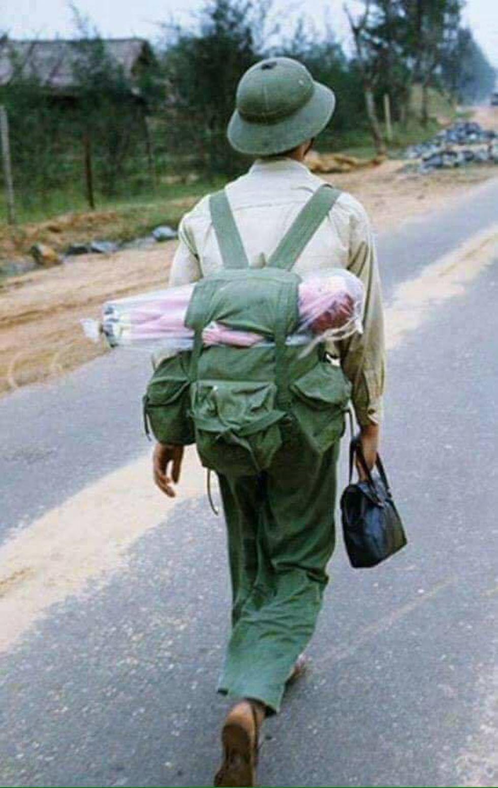 Con búp bê trong balô theo bước chân hân hoan của người lính mang niềm vui về cho những em thơ nơi quê nhà... - Ảnh: Marc Riboud