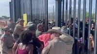 Hàng trăm người di cư cố vượt rào vào Mỹ