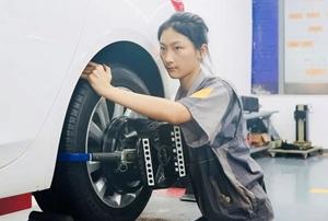 Cô gái 17 tuổi vô địch cuộc thi sửa ôtô