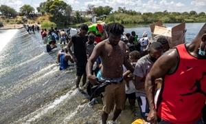 Mỹ tăng chuyến bay trục xuất người di cư