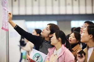 Dù bất hợp pháp, nhiều công ty Trung Quốc không muốn tuyển nữ