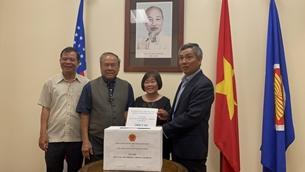 Vợ chồng Việt kiều Mỹ hơn 80 tuổi lái xe 300km tới ủng hộ Quỹ vaccine phòng COVID-19